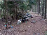 """Další skupina """"omezenců"""" si pomyslela, že vyvezený odpad chrám lesa snese a spolkne"""