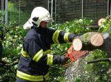 Silný vítr zaměstnal středočeské hasiče