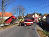 Právě teď: Řidič Renaultu vyjel na svodidla a skončil zaklíněný nad rybníkem