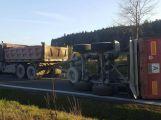 Právě teď: Hlavní tah na Sedlčany uzavřel převrácený vlek nákladního vozu