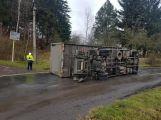 Aktuálně: Nákladní vůz skončil v Čenkově převrácený na boku