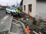 Právě teď: Opilý řidič zdemoloval plot a svůj vůz zastavil až o dům