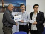 Žáci ZŠ Jiráskovy sady předali řediteli Oblastní nemocnice Příbram výtěžek z charitativních akcí