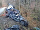 Právě teď: Po nárazu do stromu zůstala řidička uvězněna ve vozidle, v místě přistává záchranářský vrtulník