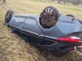Právě teď: Na namrzlé vozovce skončil osobní vůz na střeše