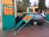 Právě teď: Řidič usnul a narazil s vozem do budovy základní školy
