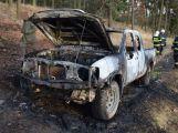 Plameny pohltily terénní vůz