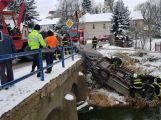 Aktuálně: Osobní vůz přerazil zábradlí a skončil na střeše v potoce
