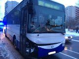 Autobus dostal smyk a zastavil se až o břízu na zastávce