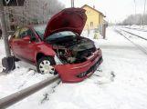 Aktuálně: Na zledovatělé silnici skončilo osobní auto u kolejiště