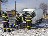 Aktuálně: Na Příbramsku narazil vlak do dodávky, řidiče transportují do nemocnice