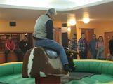 Velkým lákadlem country bálu byl mechanický býk (VIDEO)