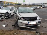 V křižovatce u obchodního centra došlo k čelnímu střetu vozidel se zraněním