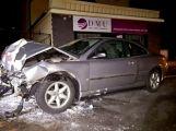 Noční jízda: Usnul za volantem a Peugeot skončil čelním nárazem do zdi