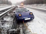 Právě teď: Na dálnici došlo k nehodě, auto na letních pneumatikách narazilo do středových svodidel