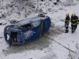 Právě teď: Řidič nepřizpůsobil jízdu a auto skončilo pod můstkem v potoce, na místo jede i ZZS