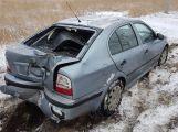 Právě teď: Na zasněžené silnici se vůz otočil do protisměru a narazil do stromu