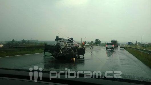 Nehoda u Sedlčan: Těžké zranění a škoda půl milionu