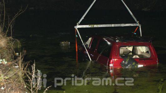 Auto skončilo v rybníce