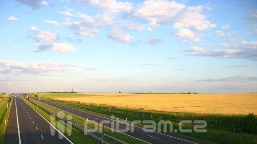 Silný vítr ve středních Čechách poráží stromy a ohrožuje dopravu