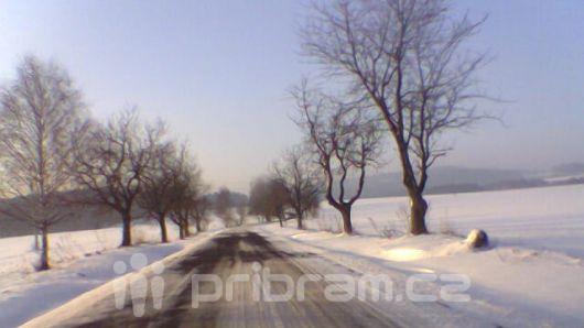 Ve středních Čechách místy ztěžují jízdu sněhové přeháňky