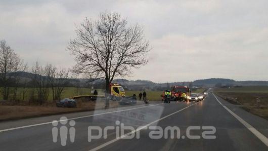Auto na střeše po nehodě dvou vozů na Evropské