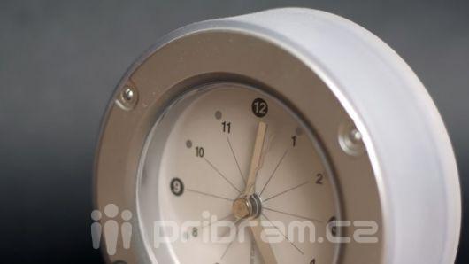 Dnes v noci začne letní čas, hodinky se posunou o hodinu dopředu