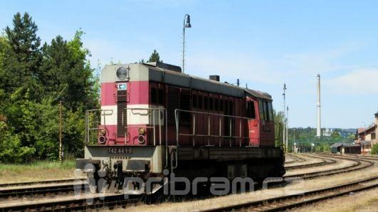 V Bratkovicích na Příbramsku se srazilo auto a vlak, řidič zemřel