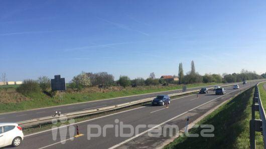 Nehoda 4 vozů blokuje dálnici ve směru na Prahu, tvoří se kolony
