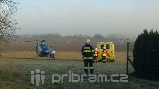Silnice na Milín je kvůli vážné nehodě uzavřena, zasahuje vrtulník
