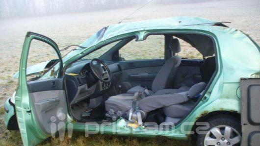 Ženu museli z auta vyprostit hasiči