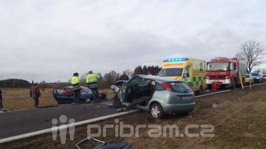Jednu z řidiček včerejší nehody museli vystříhávat hasiči