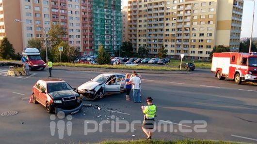 Dva vozy se srazily u supermarketu v Brodské