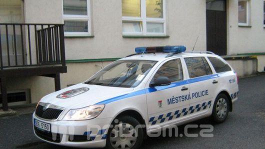 Strážníci na Dobříši nově používají minikamery, mají je i v Příbrami