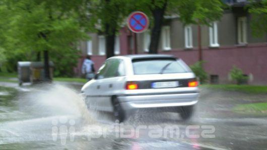Česko v neděli zasáhnou velmi silné bouřky, budou padat kroupy