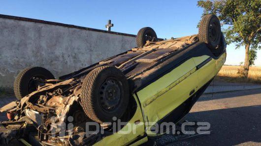 Vůz u Obořiště skončil na střeše, silnice na Svaté Pole je uzavřena
