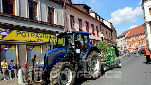 Zaparkovali traktory přímo na náměstí