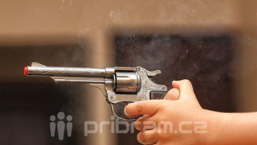 Žena přepadla mladou dívku se zbraní v ruce