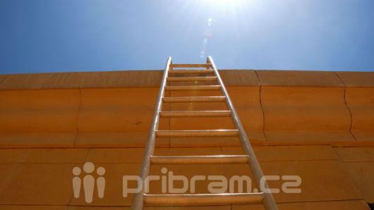 Z žebříku chtěl vykrást balkon, pozorný občan ho zadržel