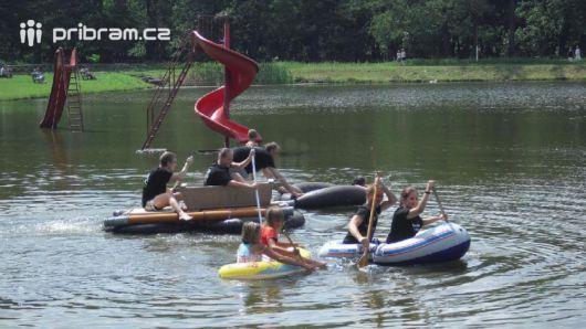 Zítra se na Novém rybníku utkají netradiční plavidla za zvuků country festivalu
