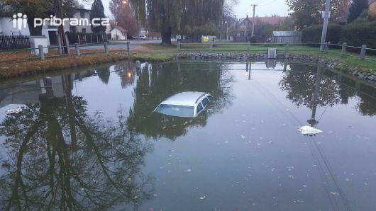 Právě teď: U Březnice skončil osobní vůz v požární nádrži.