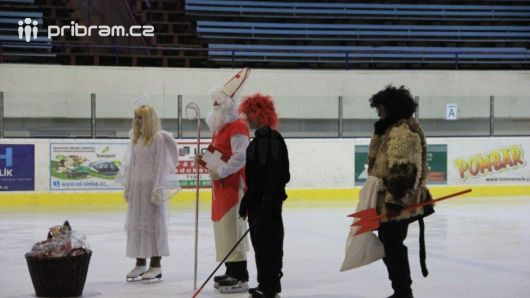 Mikuláš, čert a anděl na ledě