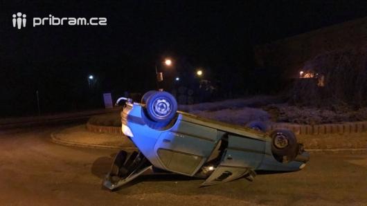 Právě teď: Na kruhovém objezdu skončil Peugeot na střeše