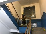 Hasiči likvidují požár v ulici Politických vězňů ()
