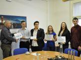 Žáci ZŠ Jiráskovy sady předali řediteli Oblastní nemocnice Příbram výtěžek z charitativních akcí (6)