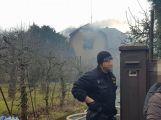 Několik hasičských jednotek právě zasahuje u hořící střechy RD (3)