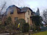Několik hasičských jednotek právě zasahuje u hořící střechy RD (5)