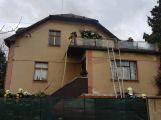 Několik hasičských jednotek právě zasahuje u hořící střechy RD (6)