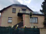 Několik hasičských jednotek právě zasahuje u hořící střechy RD (7)