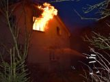 Hasiči zachránili ženu při požáru rodinného domu v Příbrami (14)